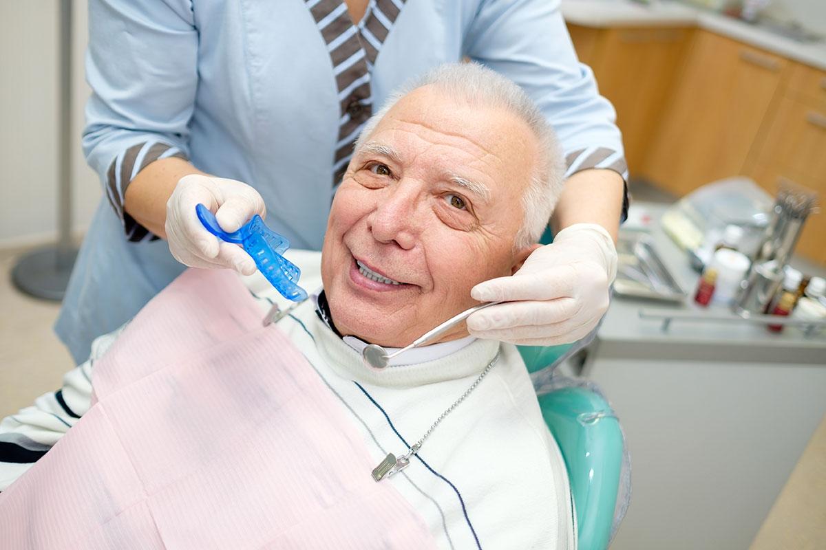 Prótesis Es un elemento artificial que repone las ausencias dentarías y los tejidos que se van perdiendo, sobre todo en personas mayores.